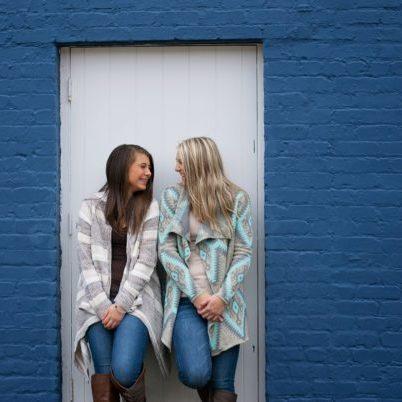 Beste Freundinnen freuen sich auf den Frauentag